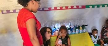 Tainá Veiga recepciona alunos de creche e os pais com farto café da manhã