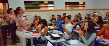 Tainá Veiga dá as boas vindas as novas turmas do cursinho pré-vestibular social