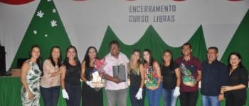 Concluintes do curso de libras recebem certificados em Lagoa da Canoa