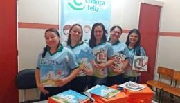 Famílias canoenses recebem kits de livros para incentivar a leitura na primeira infância